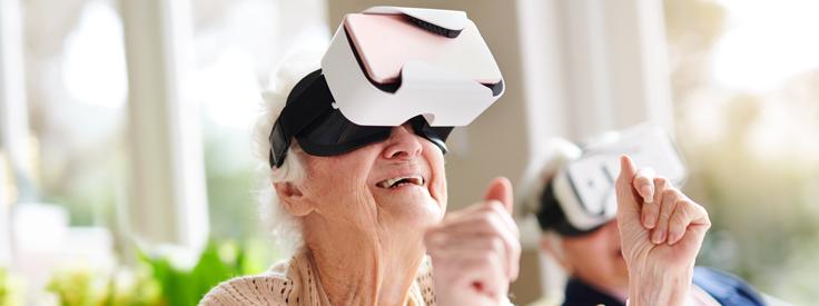 Oudere vrouw met VR bril op